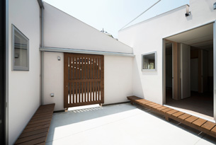 DOG COURTYARD HOUSE