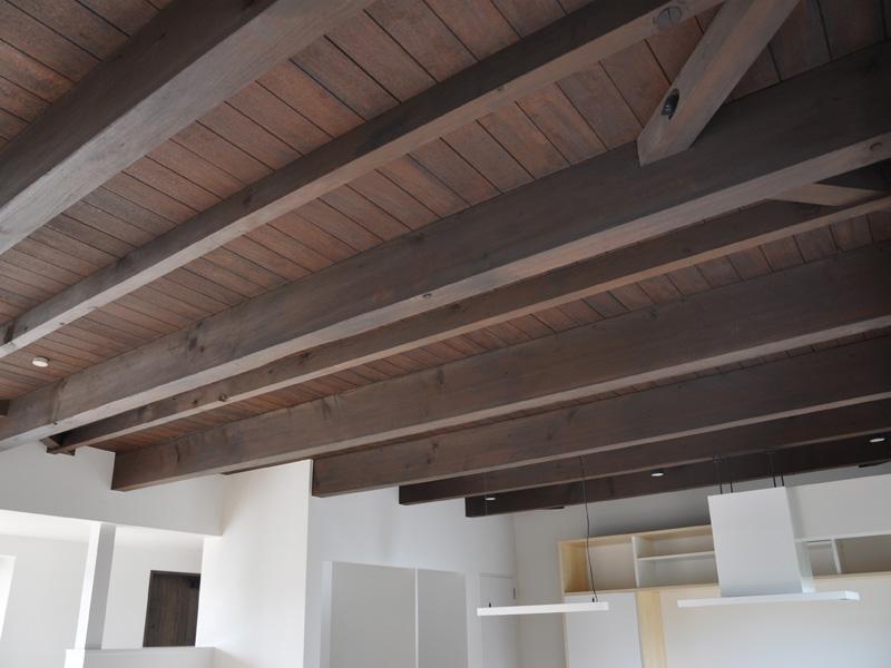 梁がむき出しの特徴的な天井は既存建物の構造をそのまま利用