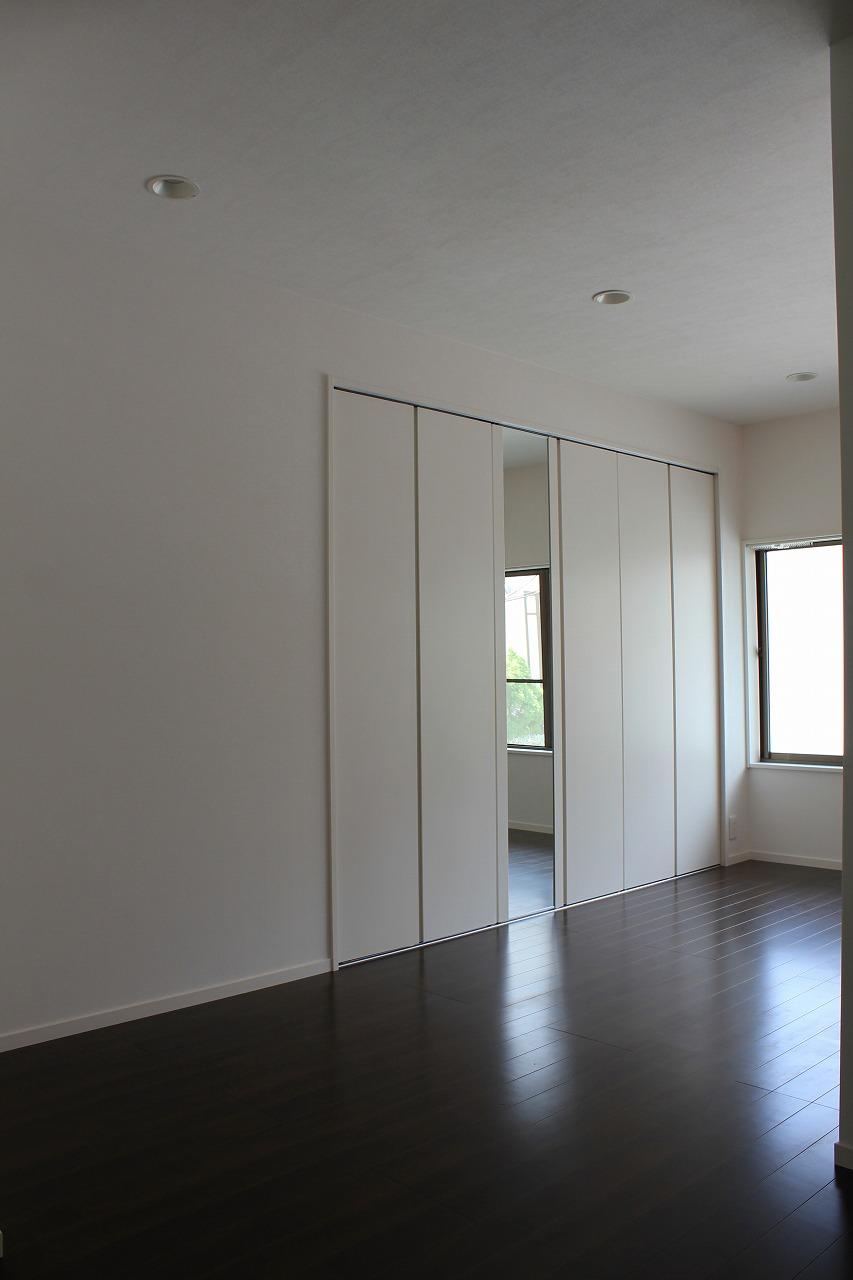 シンプルで高級感ある収納充実のワンルーム 洋室子供部屋の