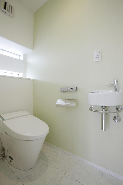 グリーンの壁紙がさわやかなトイレ トイレのリフォーム事例 江戸川区 リフォームo Uccino